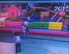 广西一3岁女童玩充气城堡被吹飞 高空坠
