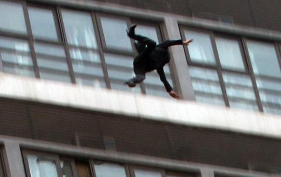 女子坐楼顶天台外痛哭离去时滑落坠亡