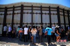 洪都拉斯移民与警方在墨危边界发生冲突