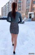零下4度户外美女穿搭时尚,走路小心翼
