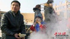 新疆鄯善县沙漠里举办品瓜大赛、吃火锅