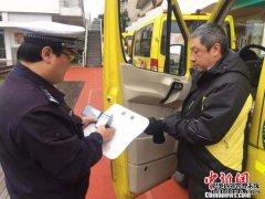 上海公安交警在402所学校门口开展绿色护