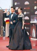 今年很流行的穿搭:格纹衬衣+小黑裙,