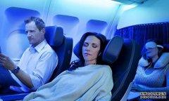 飞机上的乘客睡着后,空