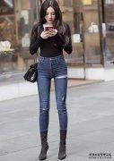 黑色上衣搭配紧身牛仔裤,酷女孩的气场