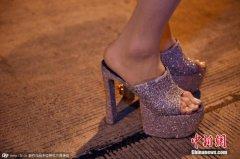 <strong>日本厚劳相:规定女性上班穿高跟鞋合理</strong>