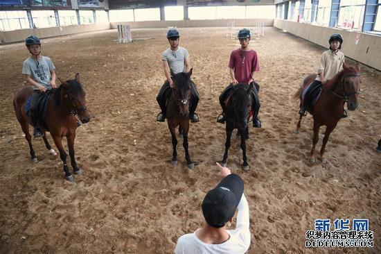 学员黄万鹏作为班长在给同学们布置训练任务