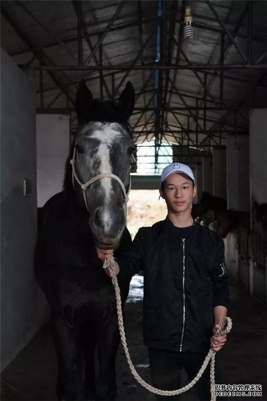 """▲17岁的黄万鹏和2岁半的赛马""""青龙"""""""