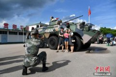 驻港部队现铁汉柔情:小心翼翼护港童体
