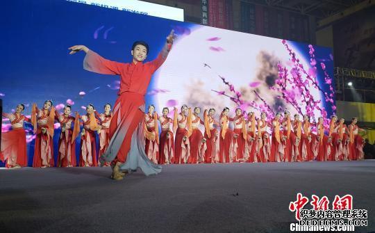 定州中学学生在表演中国古典舞《中山秋韵》。 徐巧明 摄