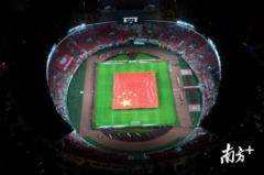 数万球迷与3300㎡巨幅国旗同框!广州天河