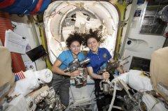 美国两名女宇航员完成首次全女性太空行