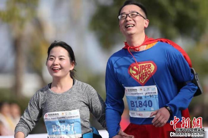 图为,选手们在十堰(郧阳)国际马拉松快乐奔跑 宁月 摄