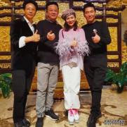 朱军与妻子好友聚餐,49岁谭梅粉嫩上衣